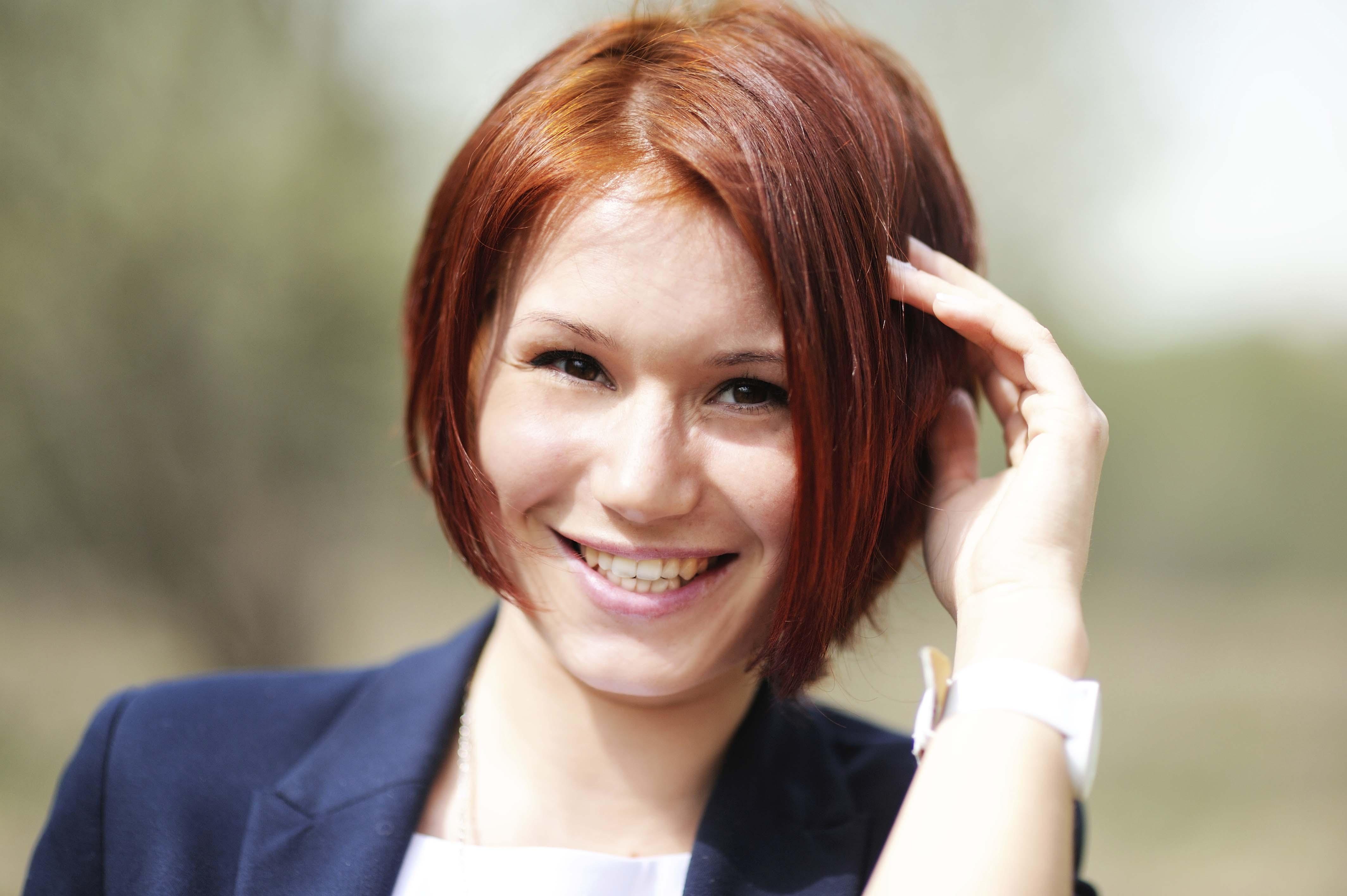 Mujer de pelo rojo corte bob