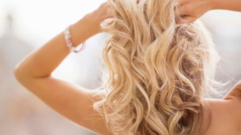 cabello rubio largo con ondas