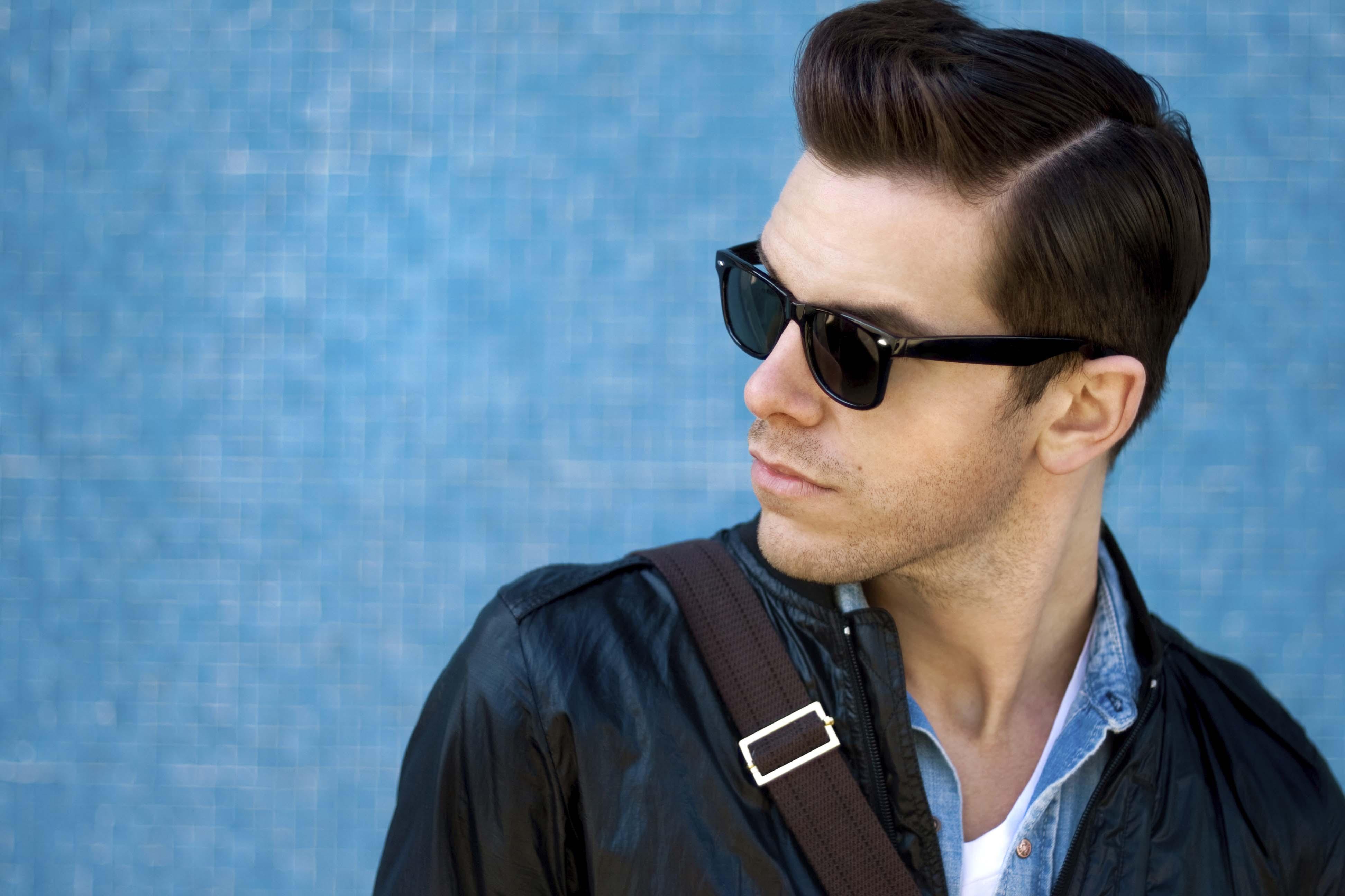 Hombre con look pompadour y gafas oscuras