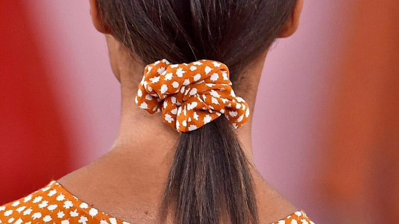 peinado recogido con cola baja con scrunchie pelo liso desmechado