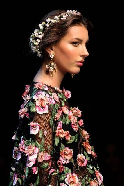Peinado con tiara de flores