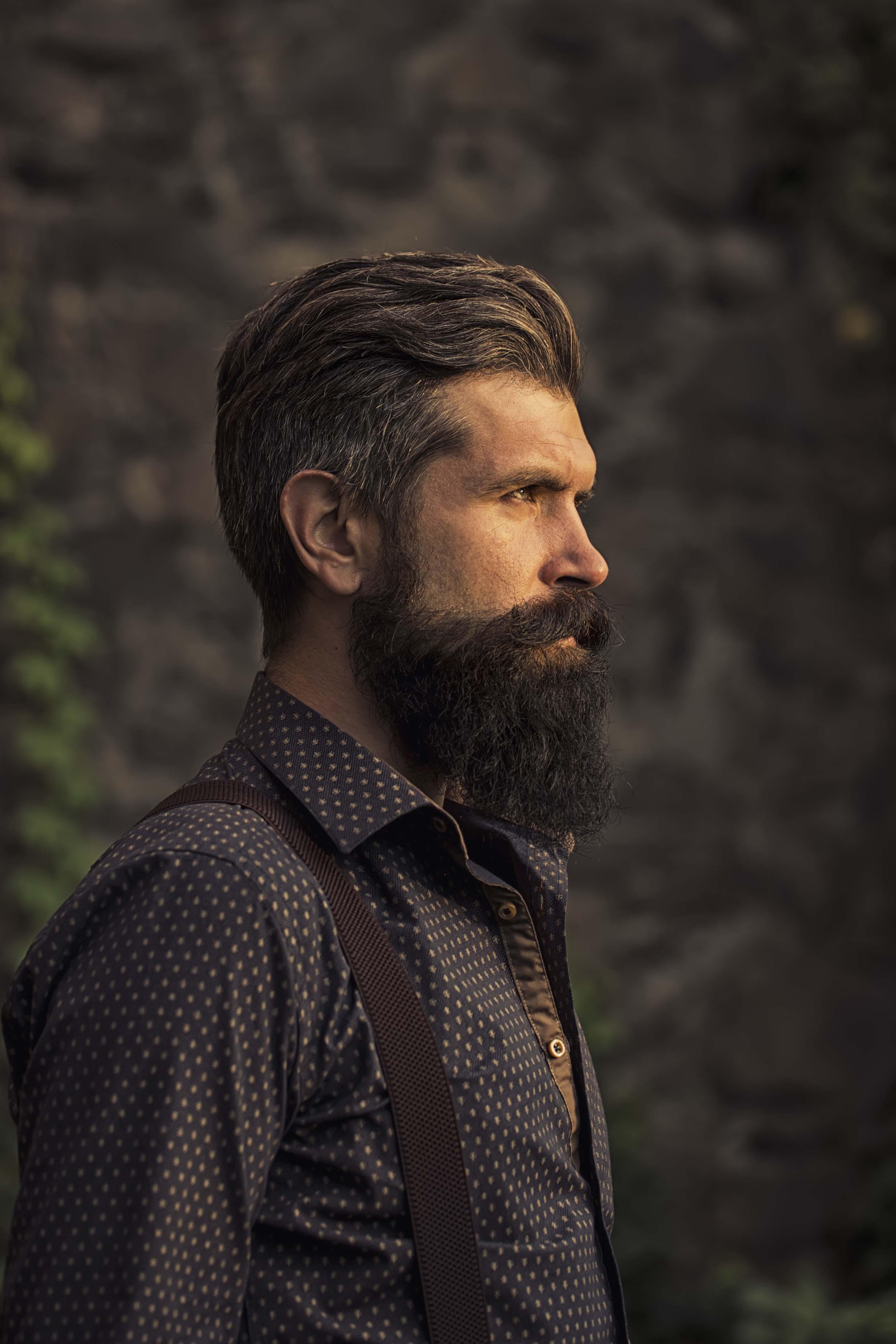 rapado lateral de hombre con jopo y barba