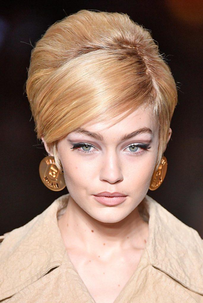 Gigi Hadid con peinado vintage batido con raya al costado pelo rubio
