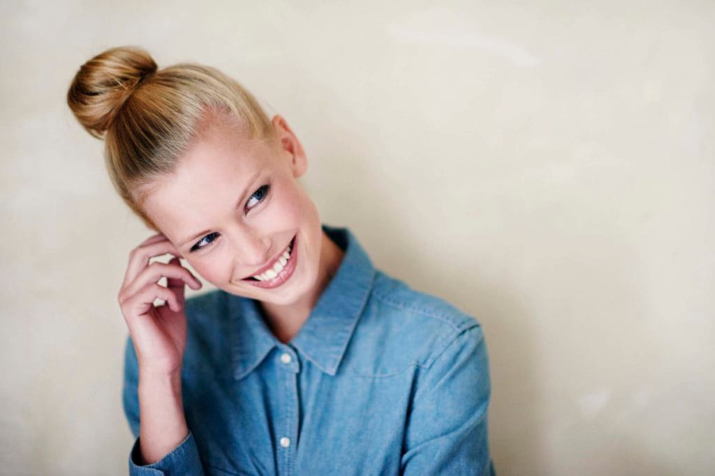 Chica rubia con top knot