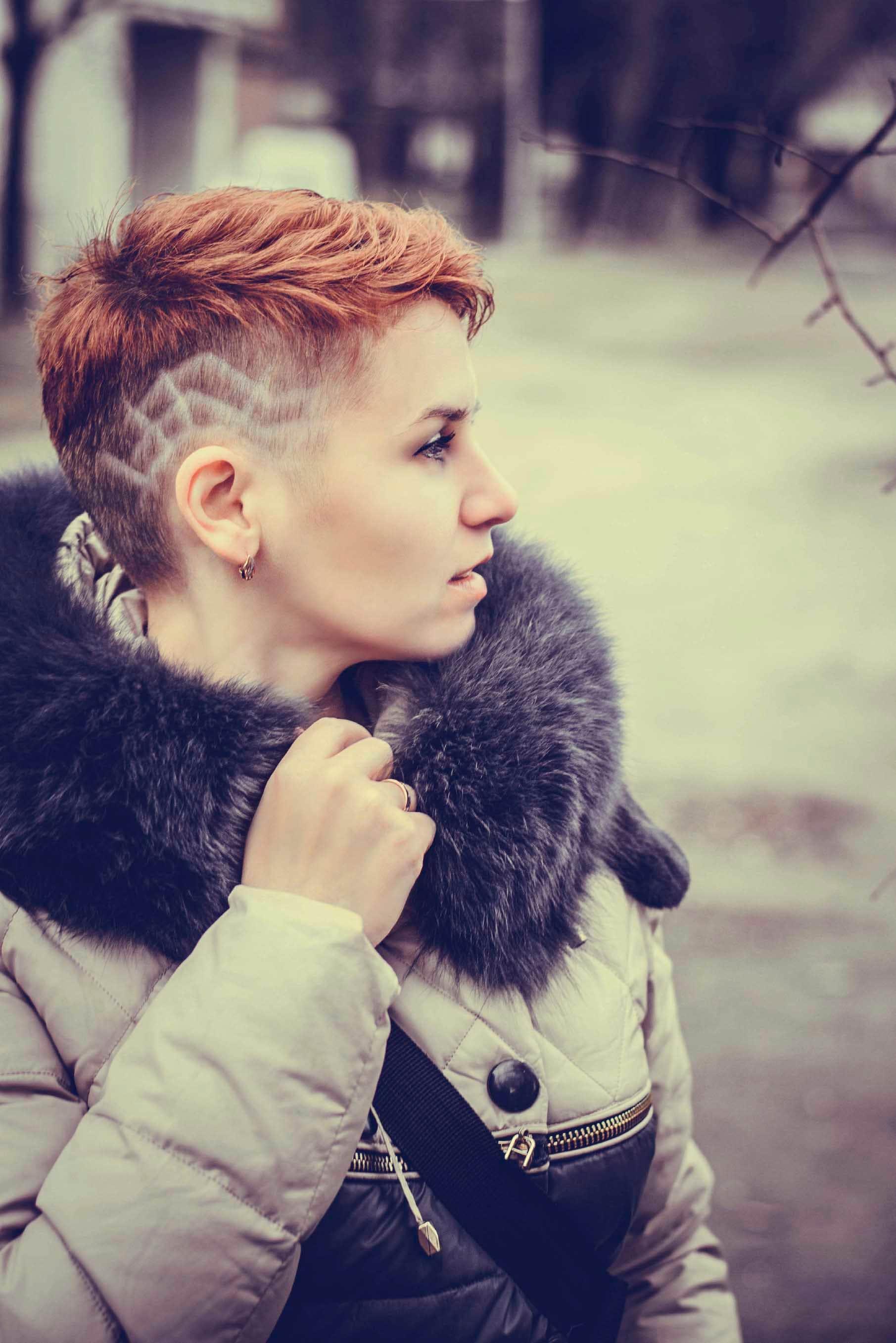 pelo corto corte pixie con rapado lateral undercut tintura rojo