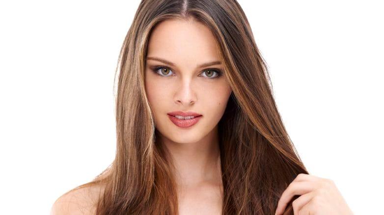 pelo castaño con mechas castaño sano raya al medio suelto