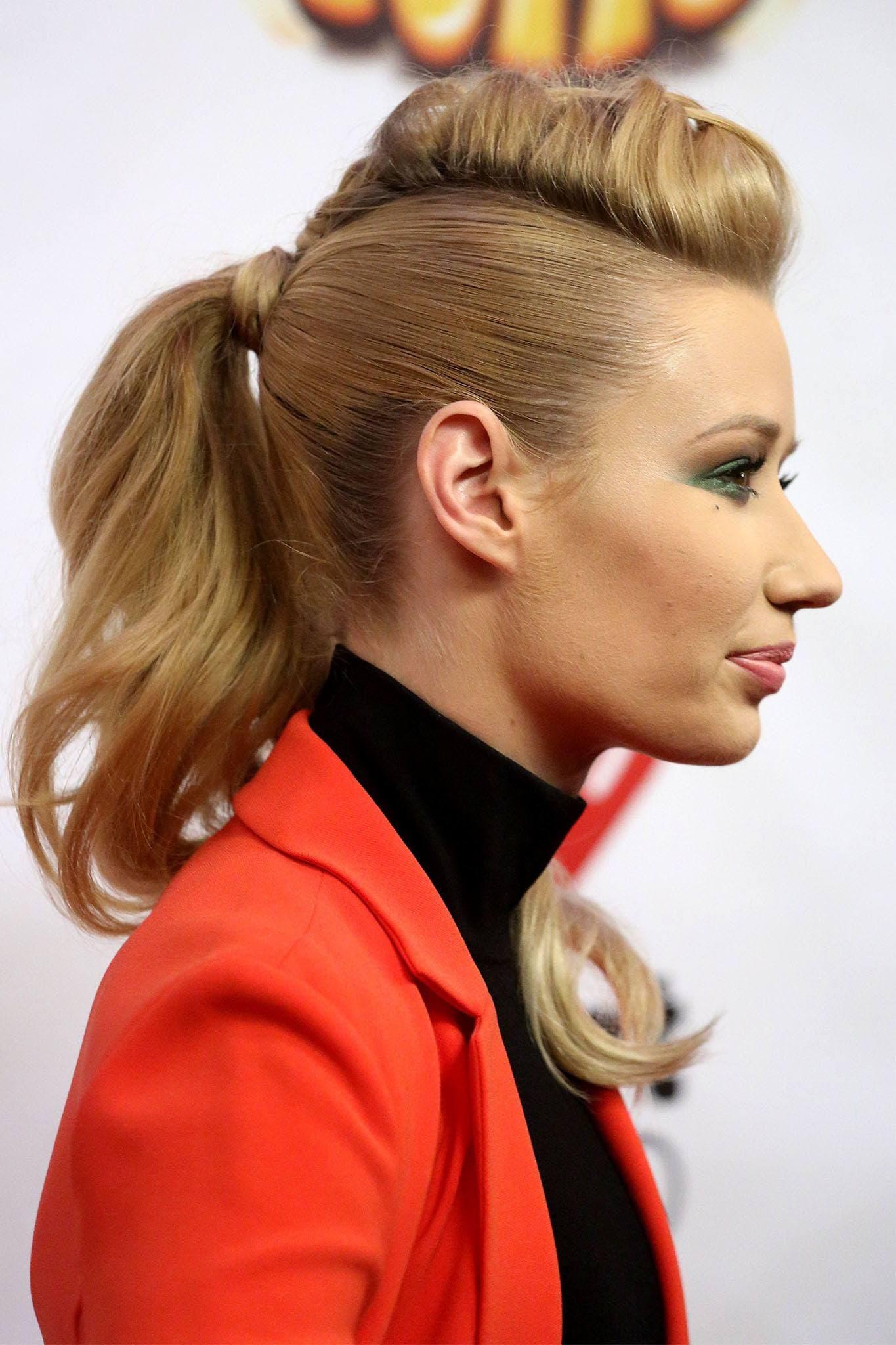 mujer rubia con cola de caballo alta