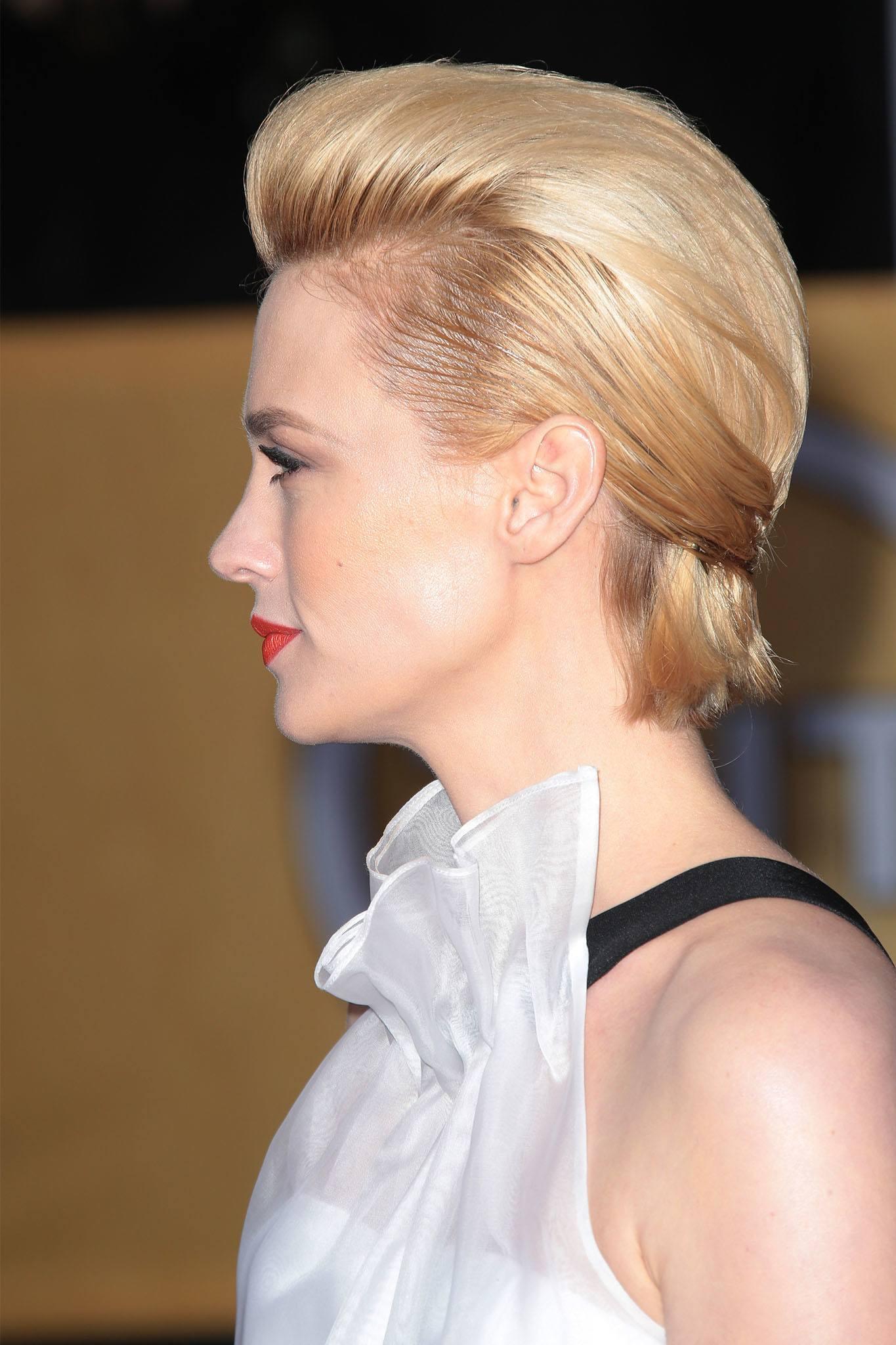 mujer rubia de pelo corto con jopo