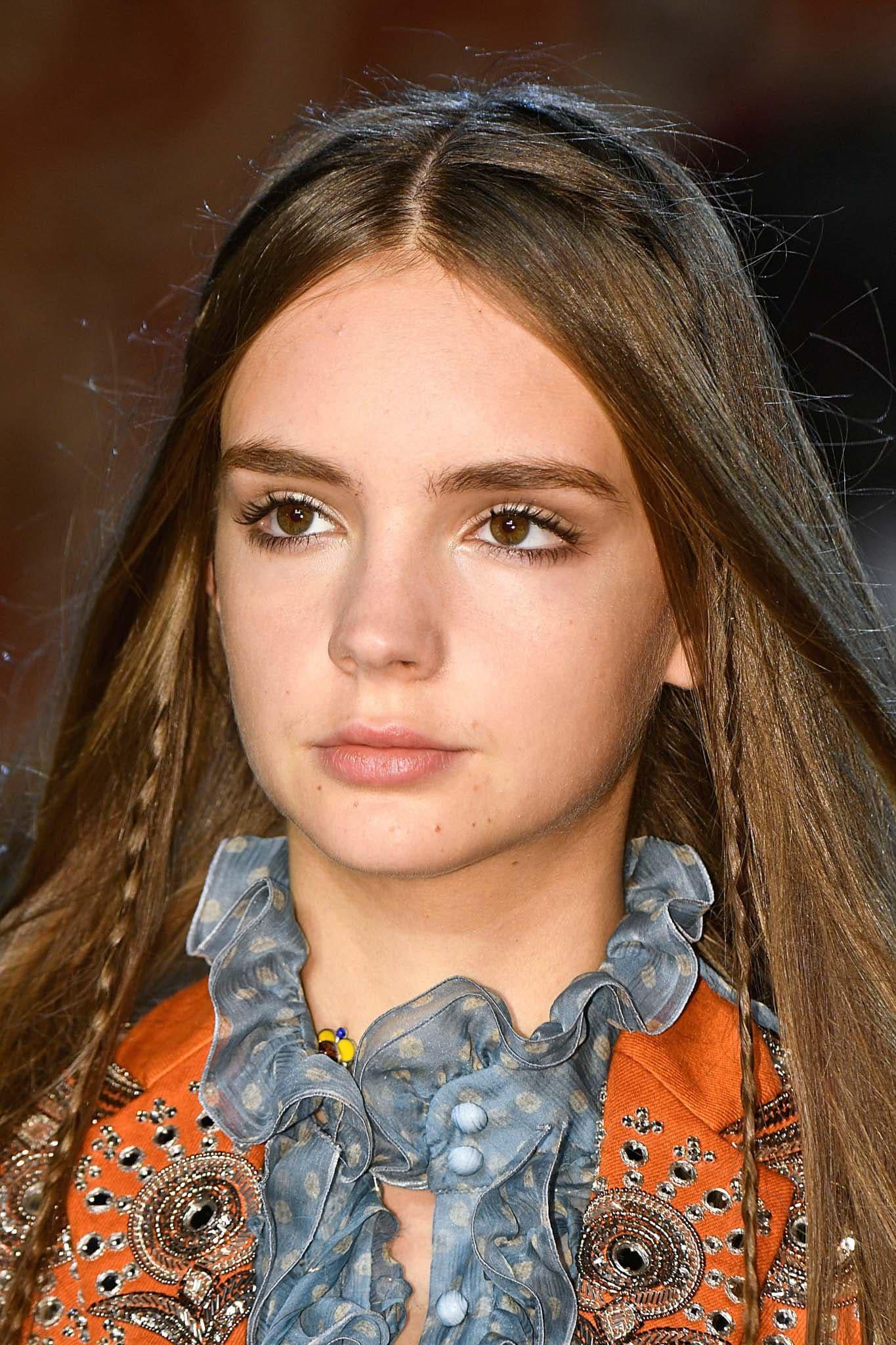 pelo suelto liso brillante trencita castaño raya al medio boho
