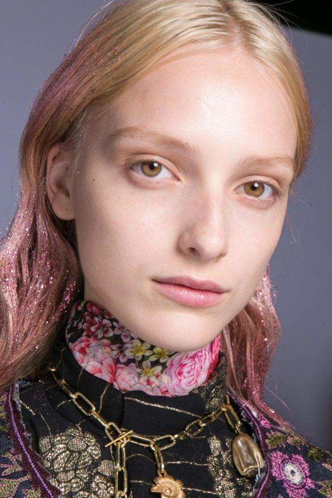 mujer rubia con puntas rosas y brillos