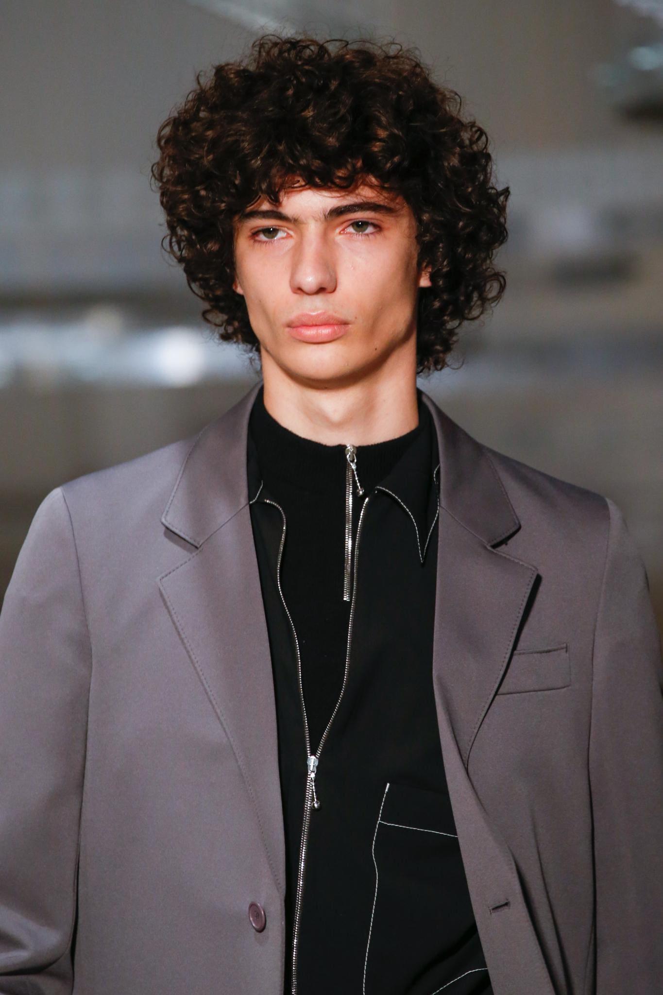 pelo largo con rulos rizado hombre