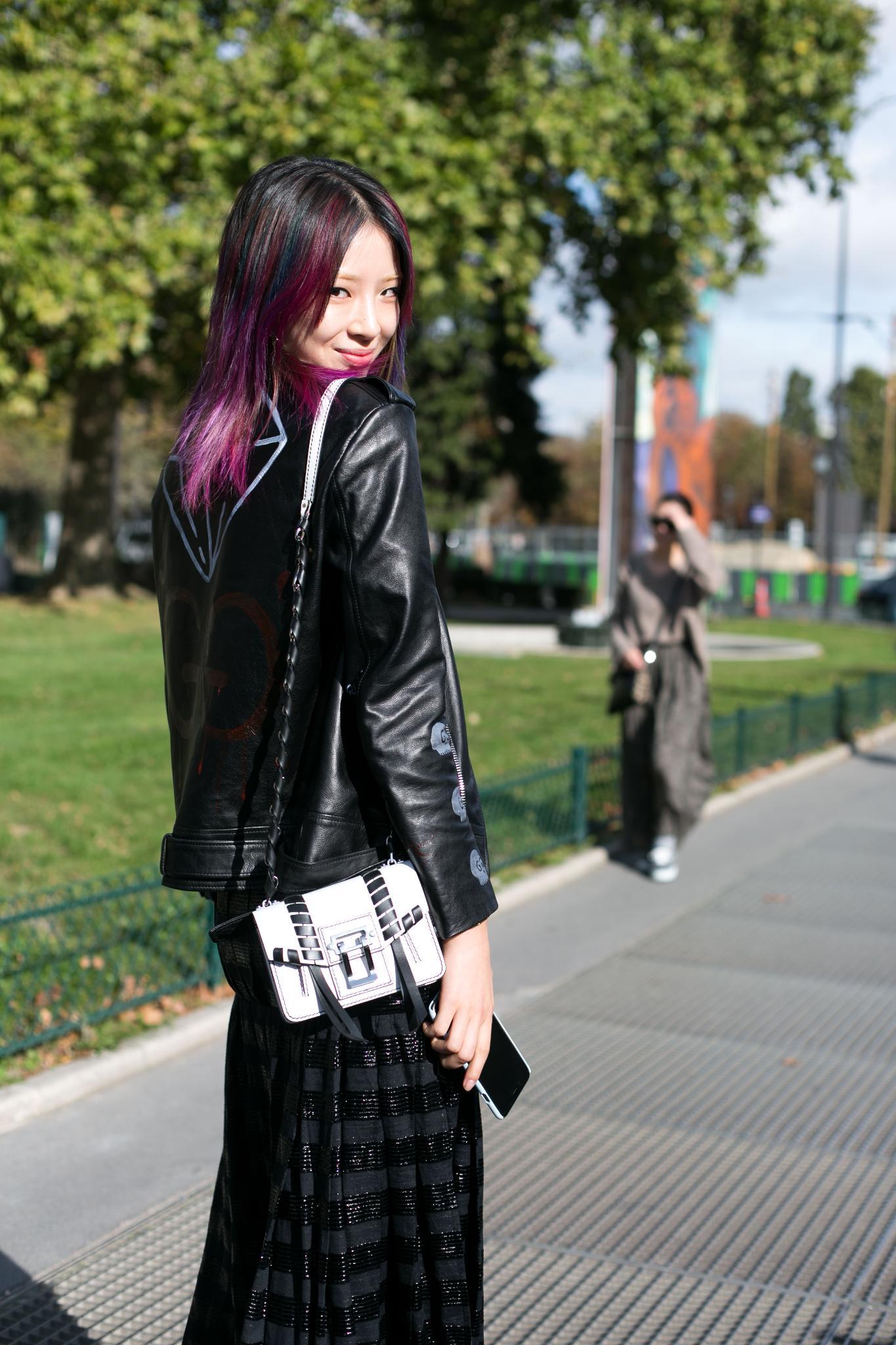 pelo liso brillante color violeta tintura reflejos