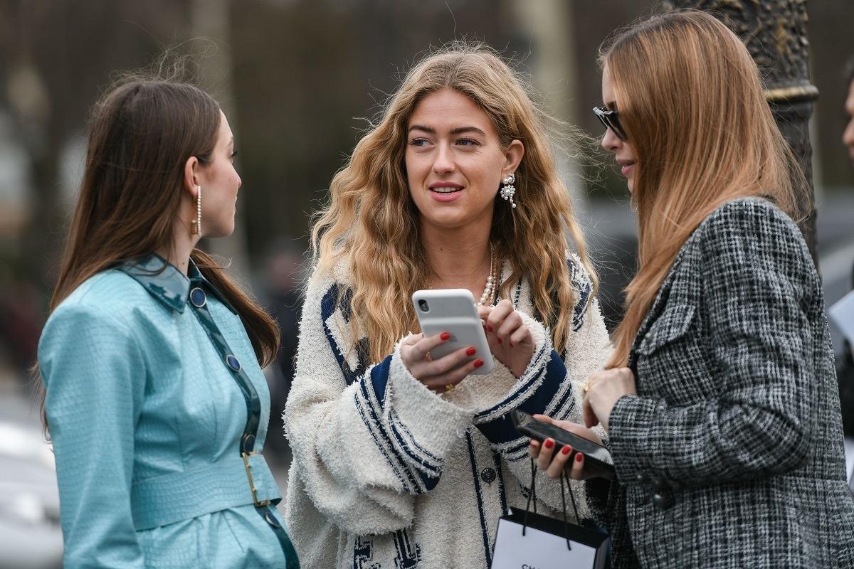 tres mujeres con distintos tipos de pelo con reflejos