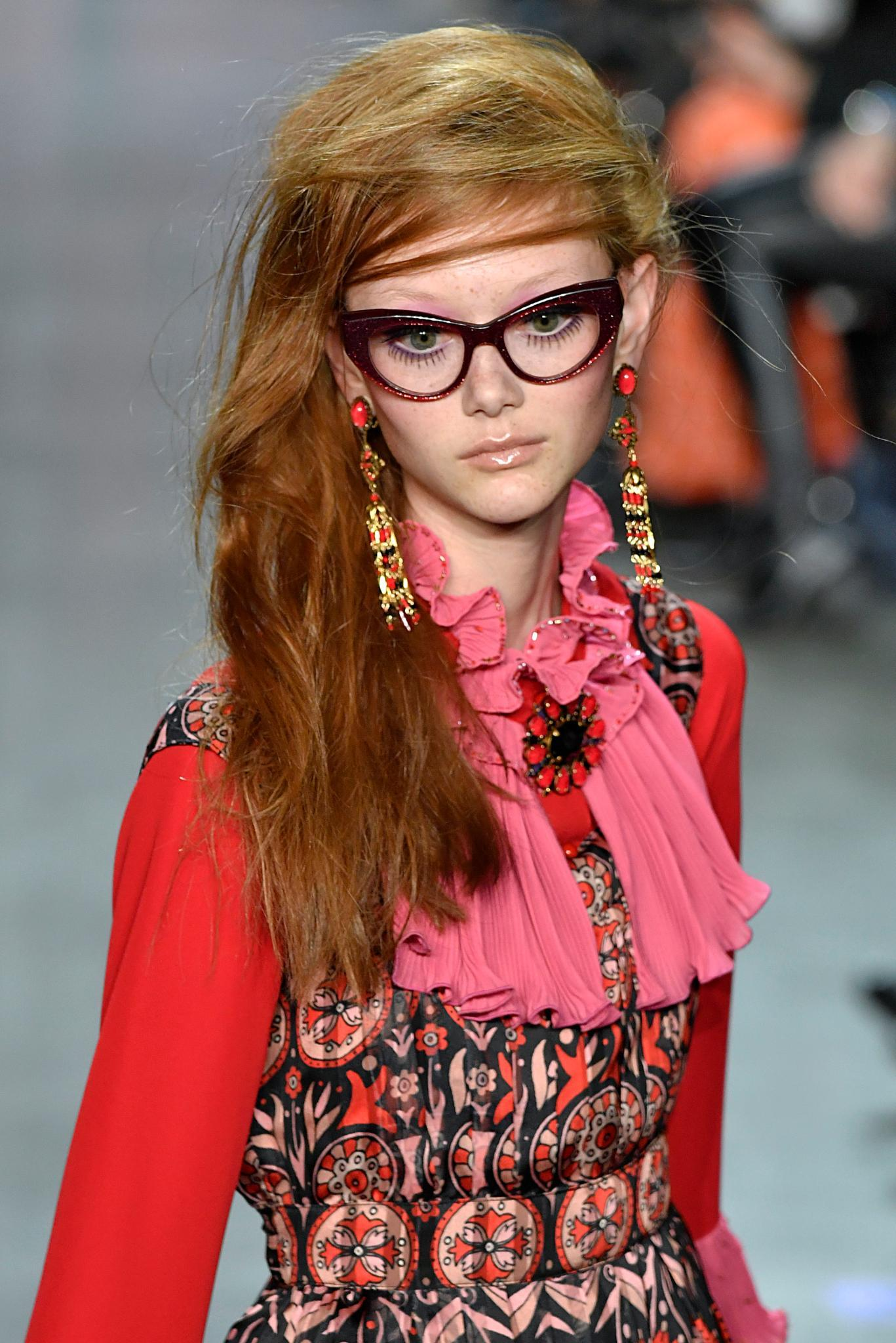 Chica de pelo rojo con peinados batidos para fiestas