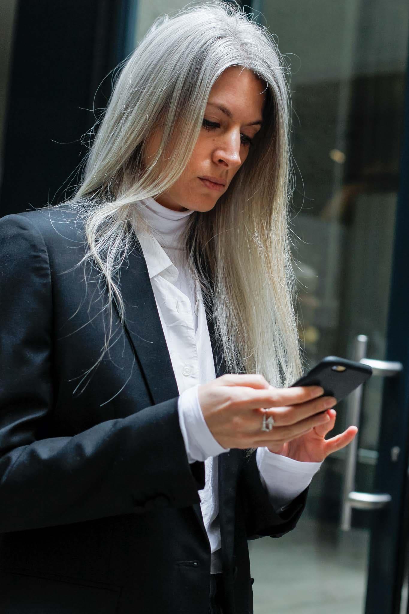 pelo suelto largo raya al medio canas gris blanco señora mayor