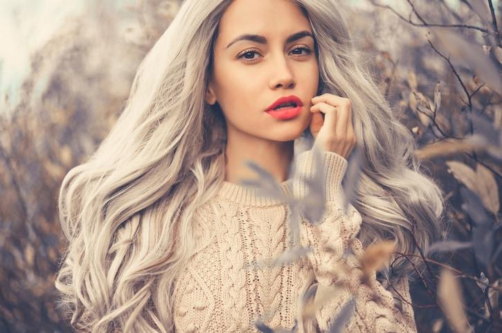 Chica con pelo largo gris