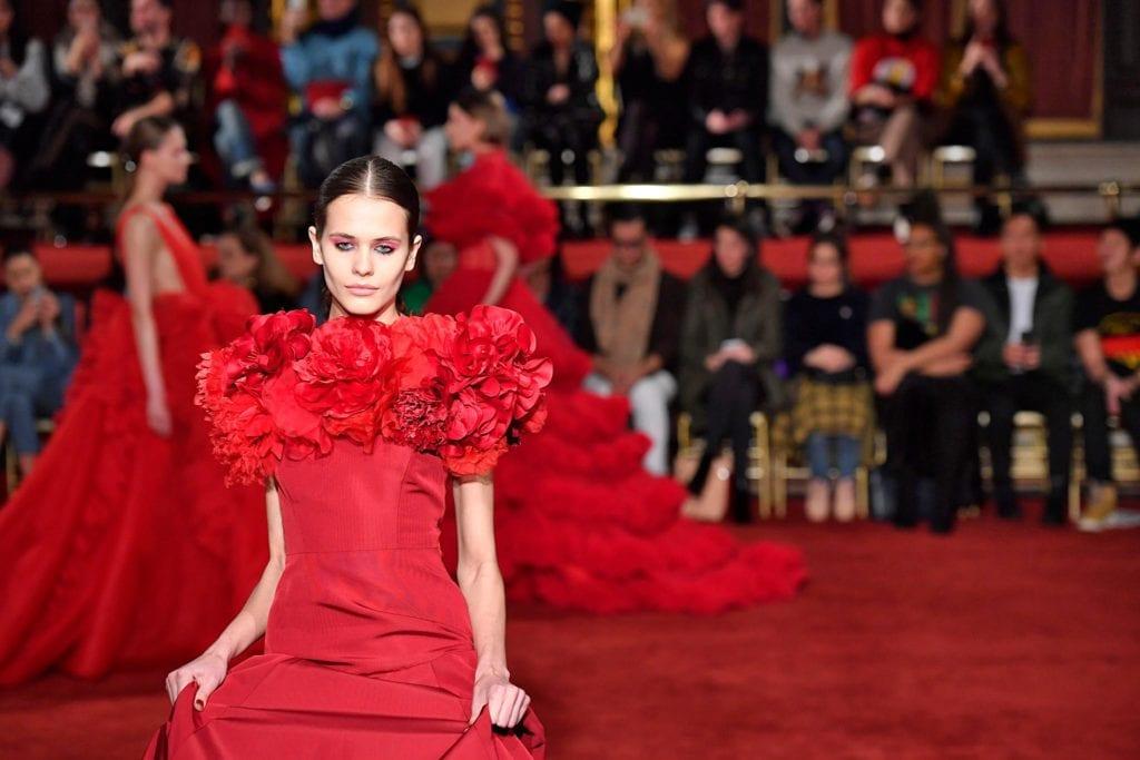 Chica con recogido en alfombra roja