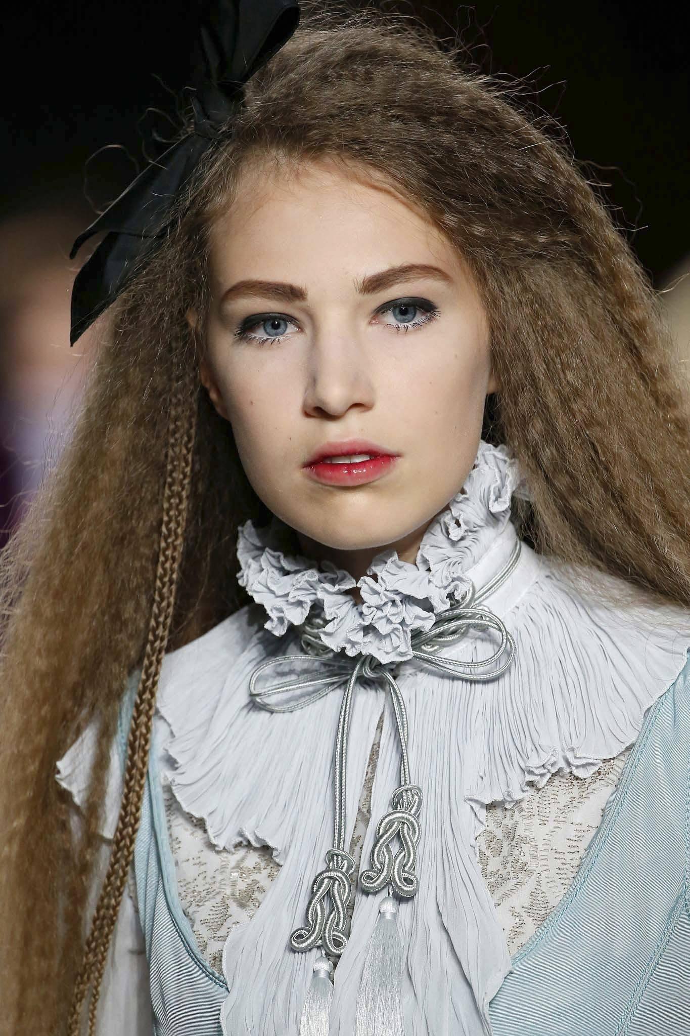 mujer con pelo frisado y moño