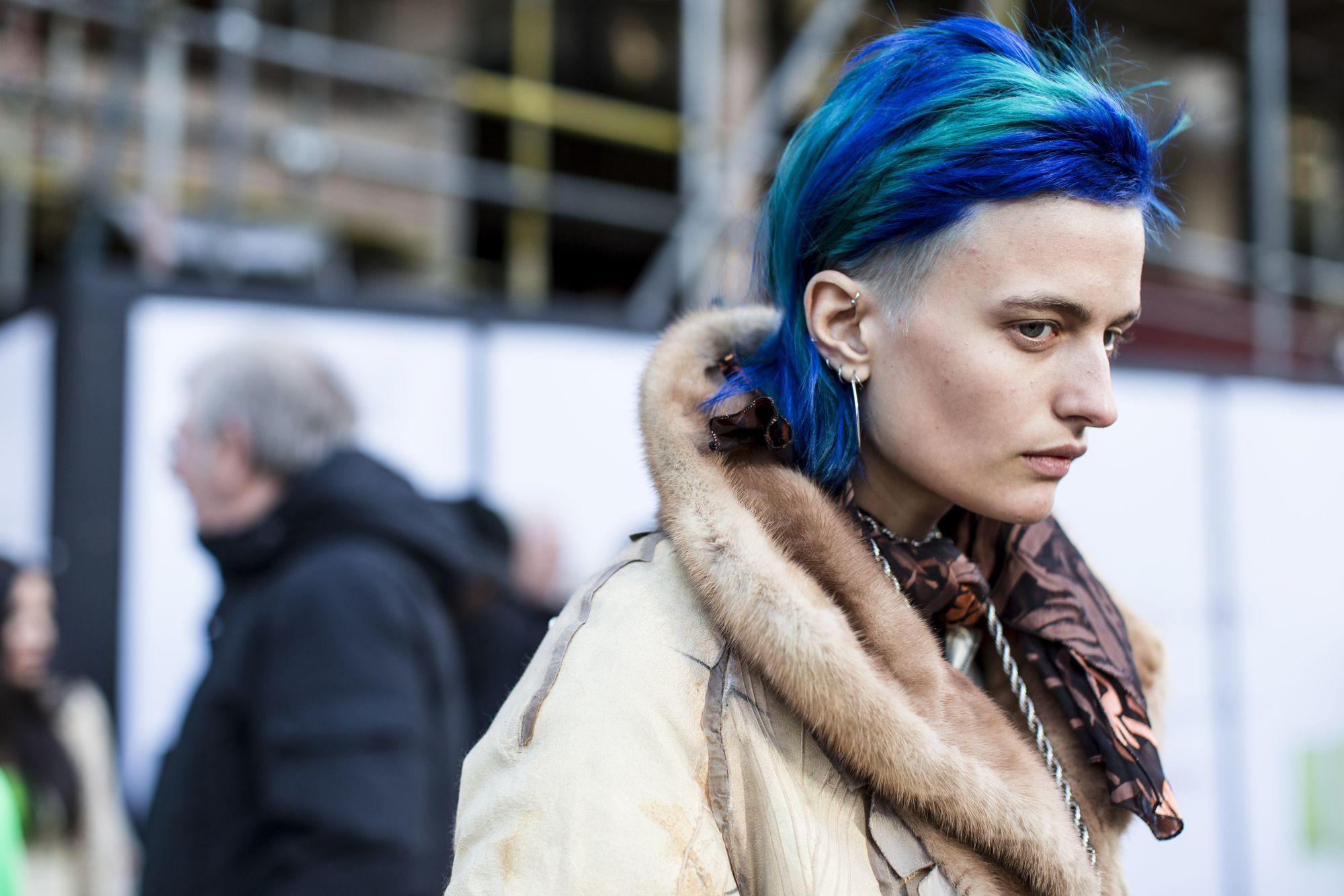 mujer con pelo rapado color azul