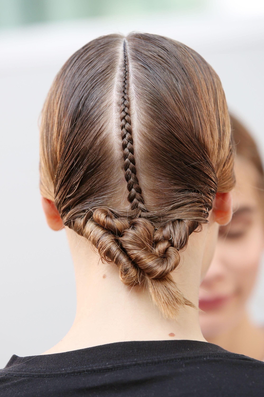 pelo rubio claro con peinado con torzadas y micro trenza en la raya al medio
