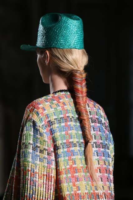 pelo largo rubio trenza espiga color tintura maquillaje extensiones sombrero accesorio