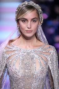 peinado para boda recogido flequillo al costado liso con mechas corona tiara cristales elie saab