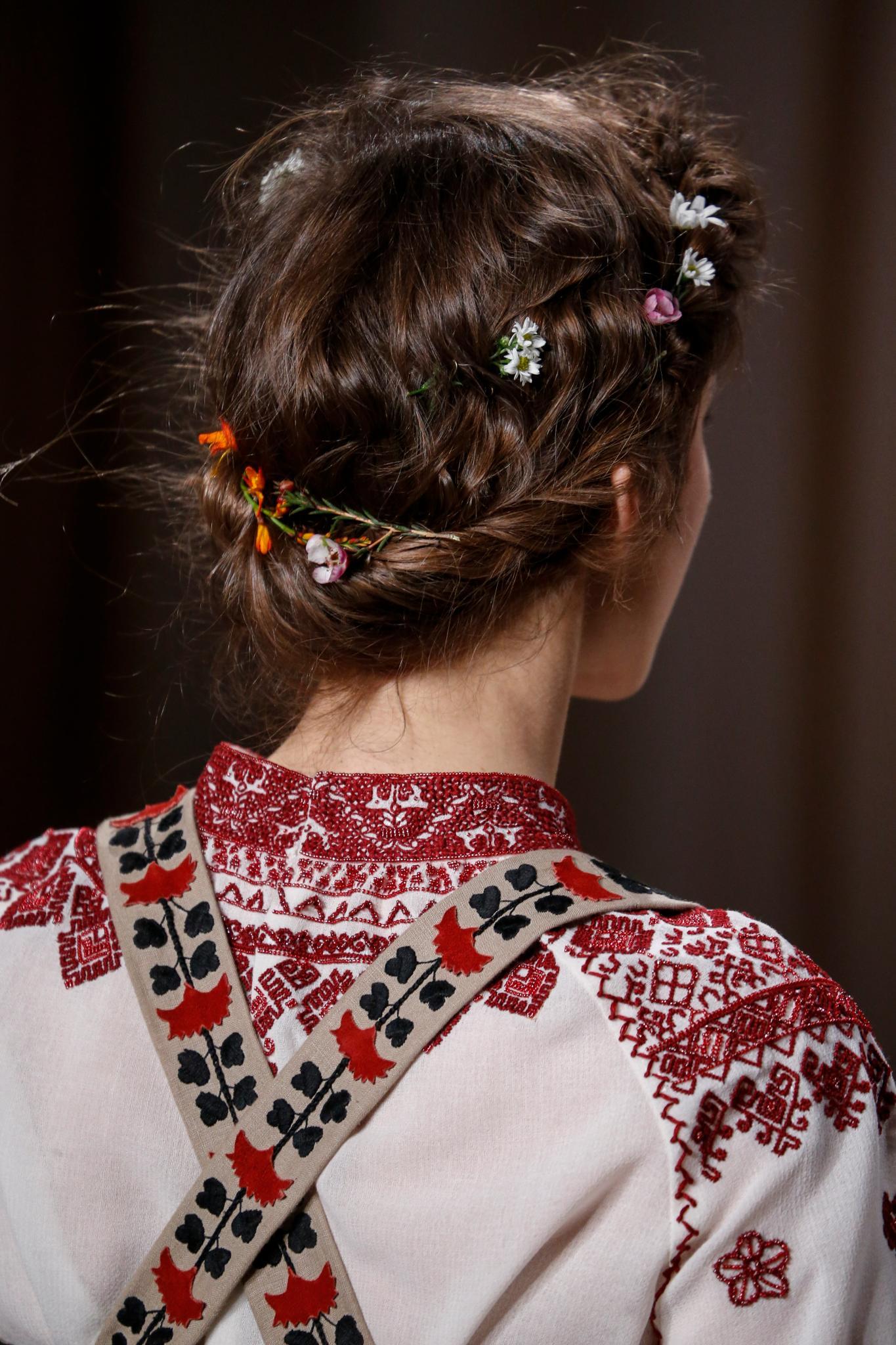 recogido despeinado torzada chignon bajo flores accesorio valentino con ondas castaño