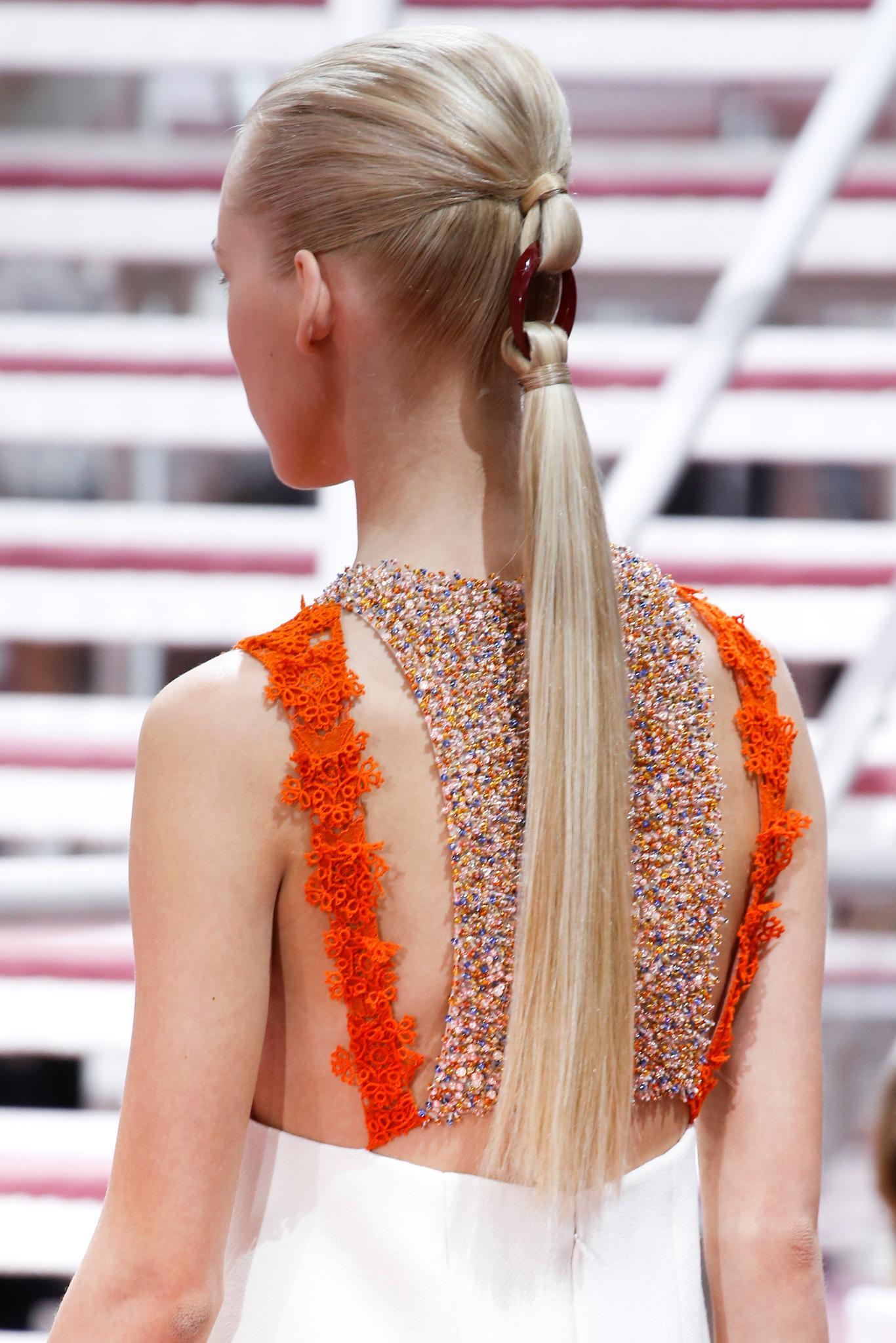 recogido hacia atrás cola con nudo eslabón accesorio extensiones liso platinado chanel