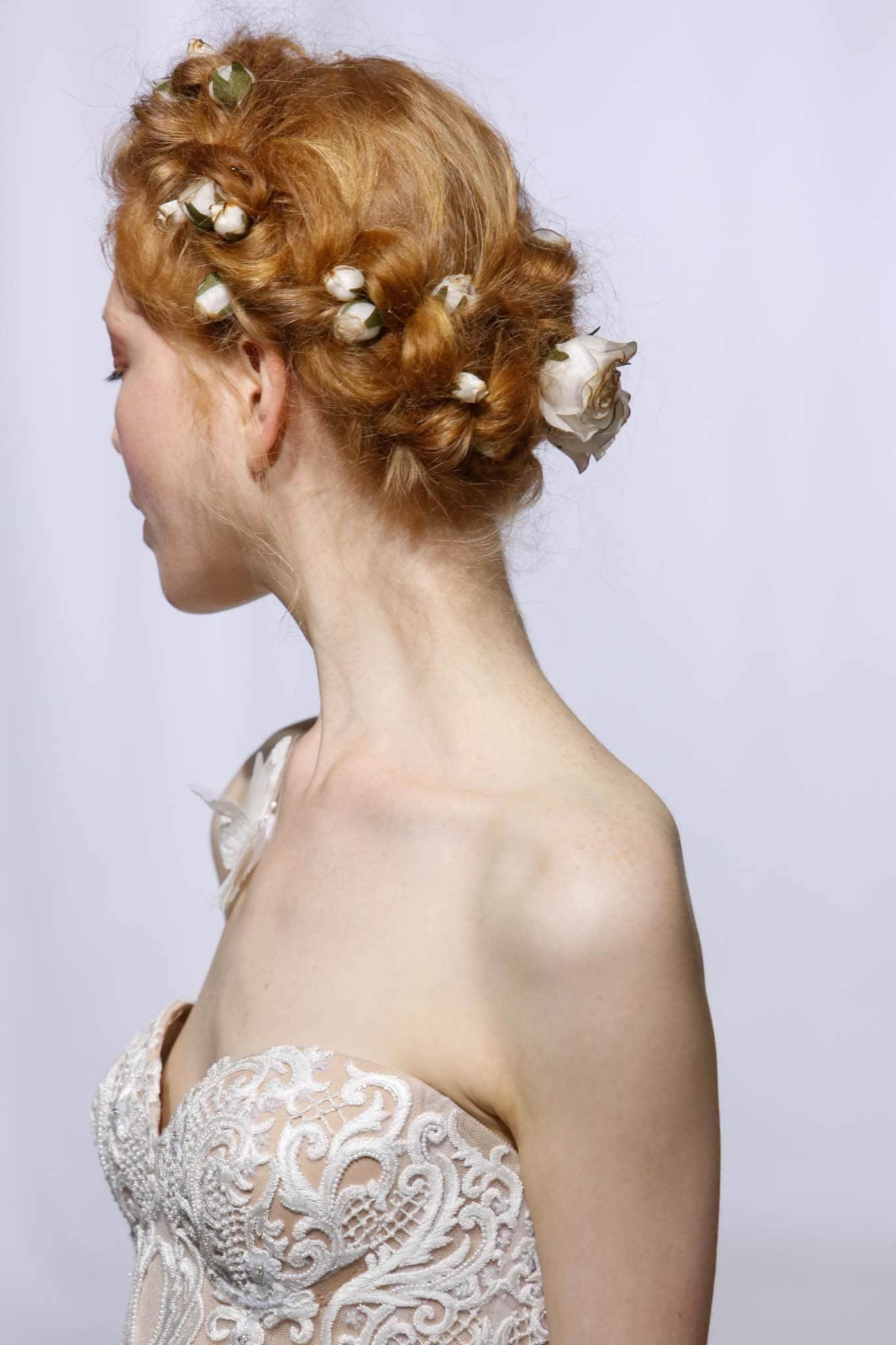peinado para boda recogido trenza corona baja rojizo colorado flores accesorio reem acra