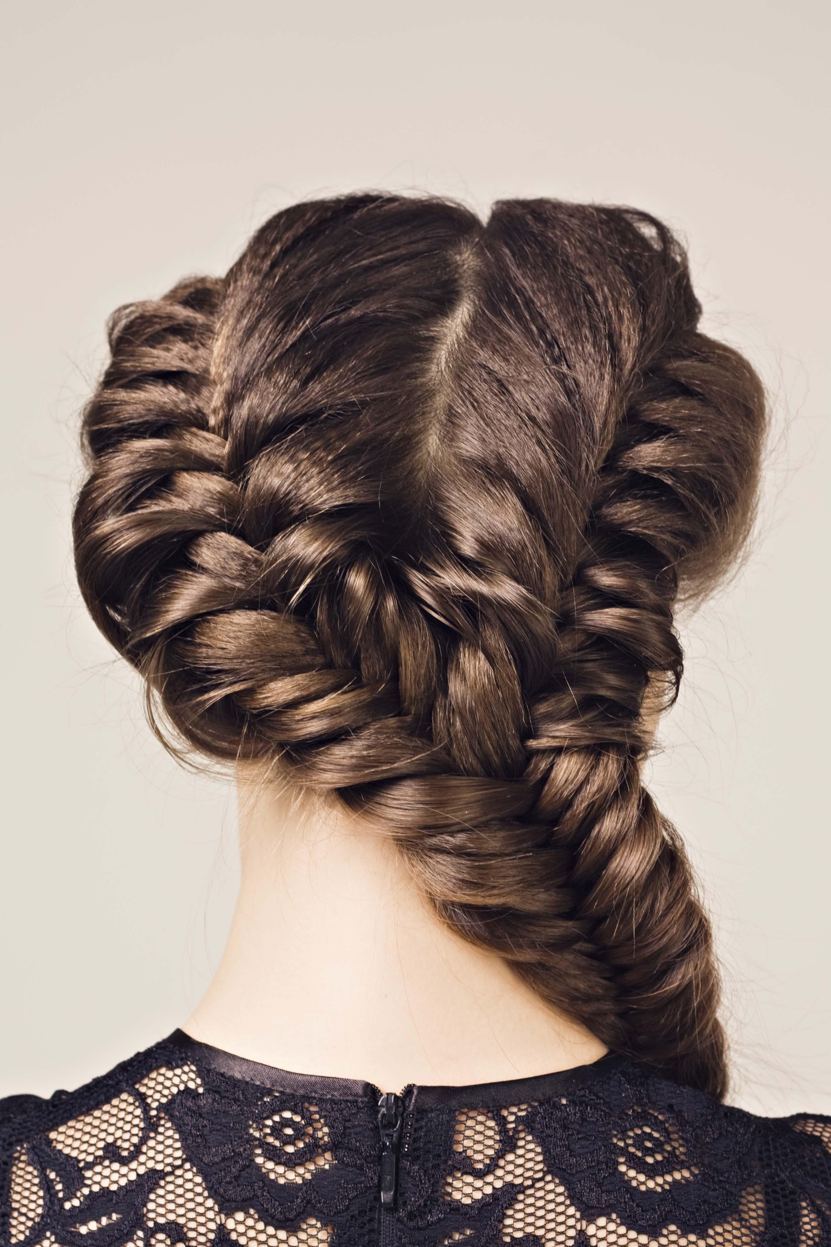 Chica de pelo castaño de espaldas con trenza grande