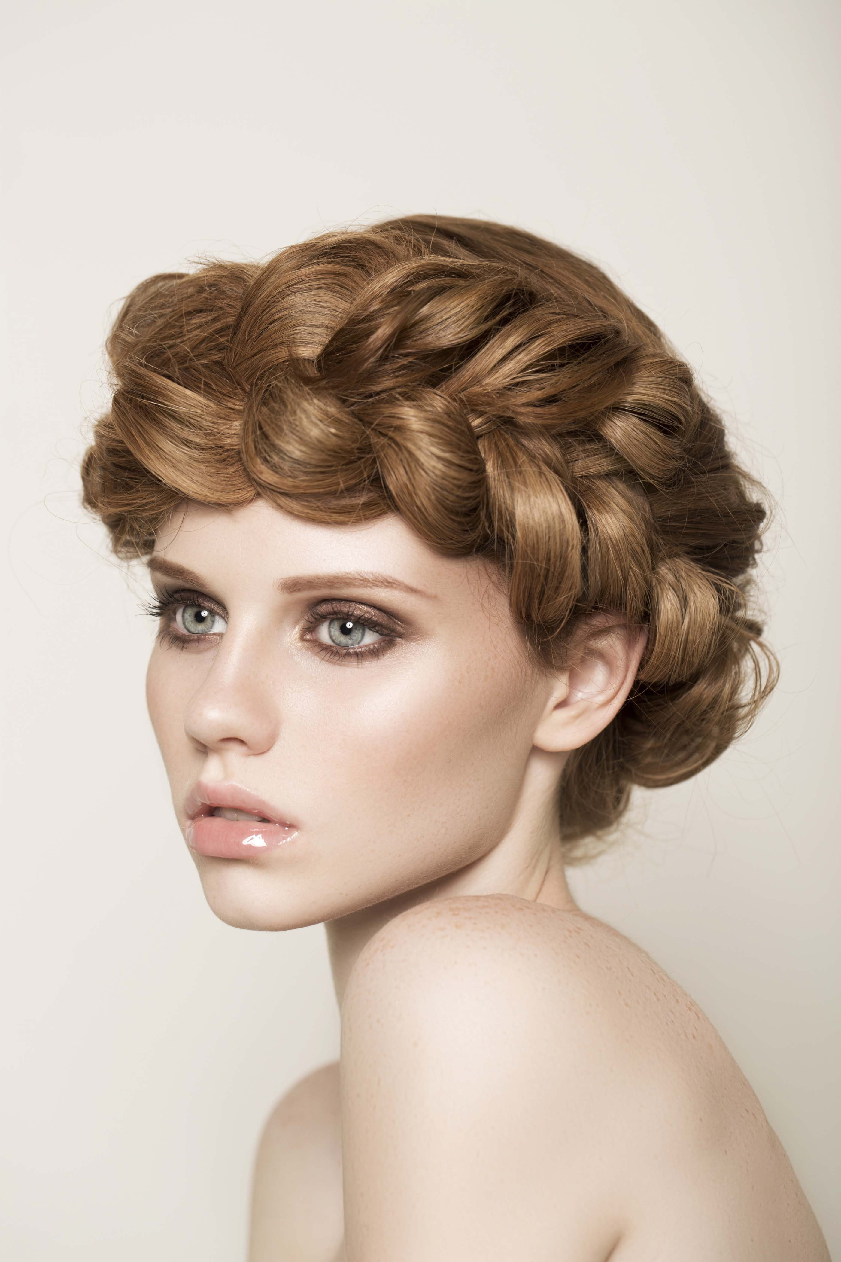 Chica de pelo bronde con corona de trenza