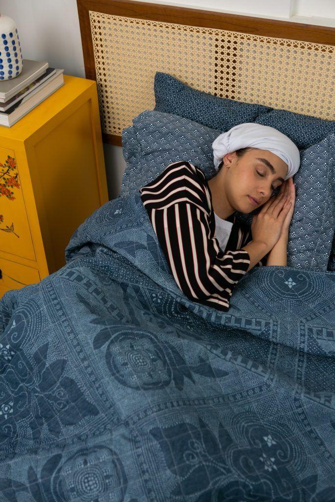chica dormida con hair plopping