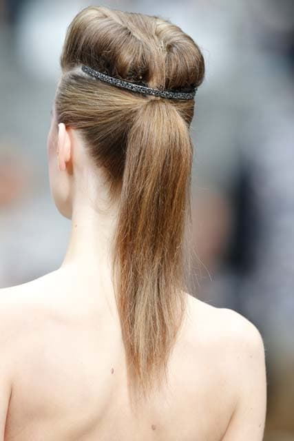 Peinado visto de espaldas, pony tail con vincha de brillosa por encima de la coleta