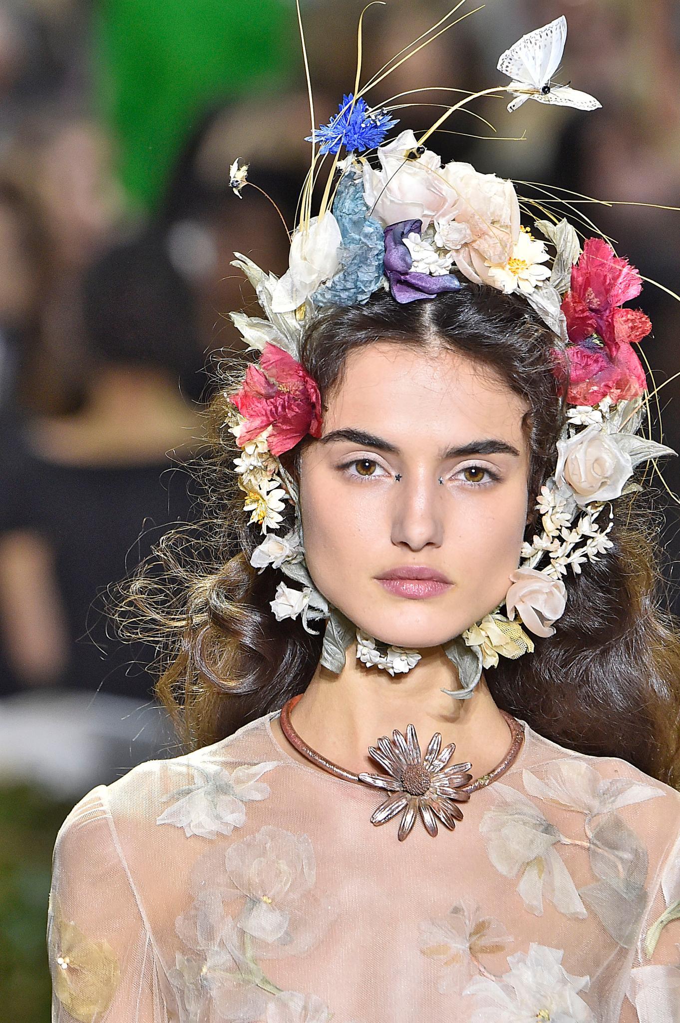 Cabello ondulado con adorno floral que recorre todo el ovalo del rostro
