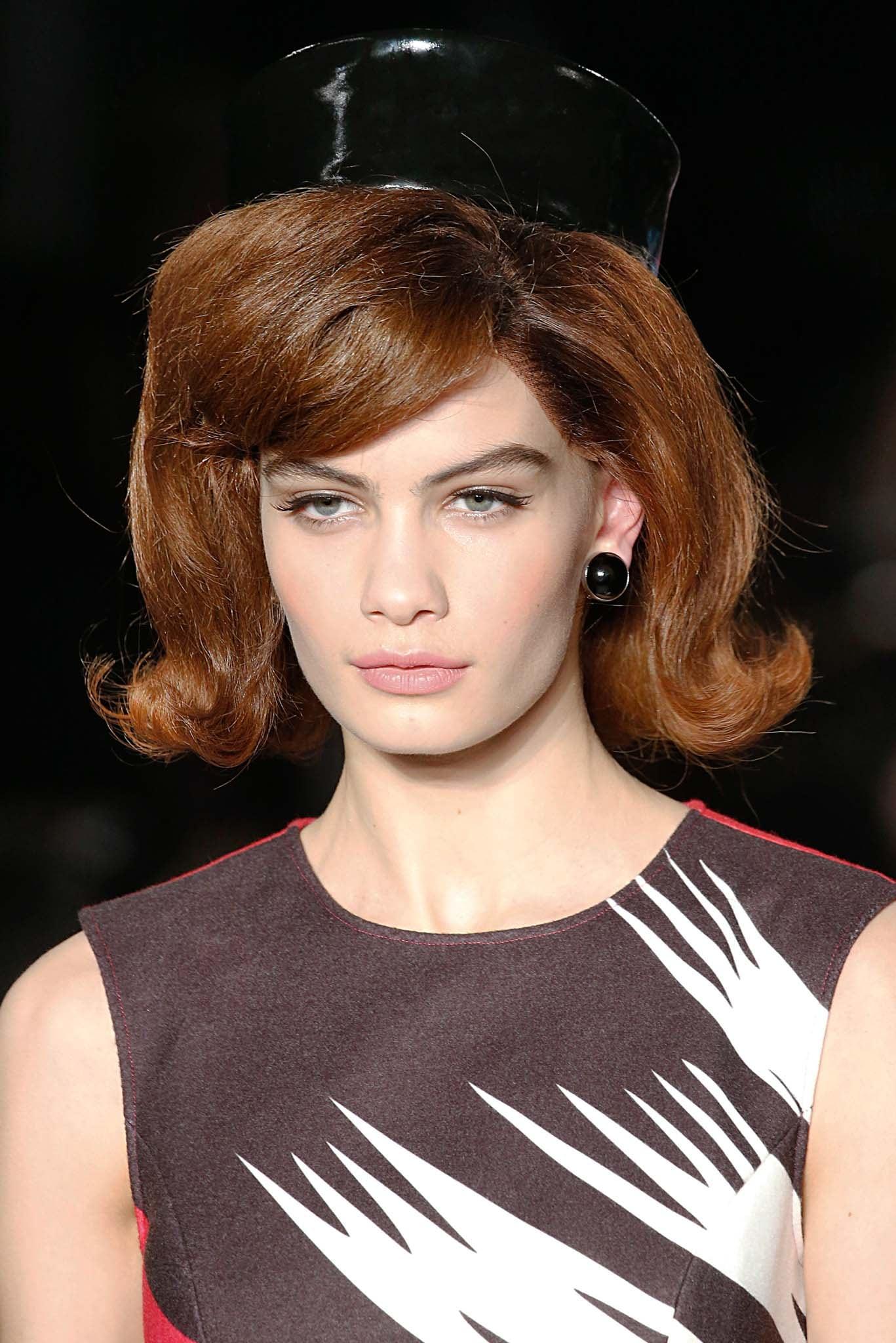 Mujer con cabello arriba de los hombros, peinado con las puntas hacia arriba