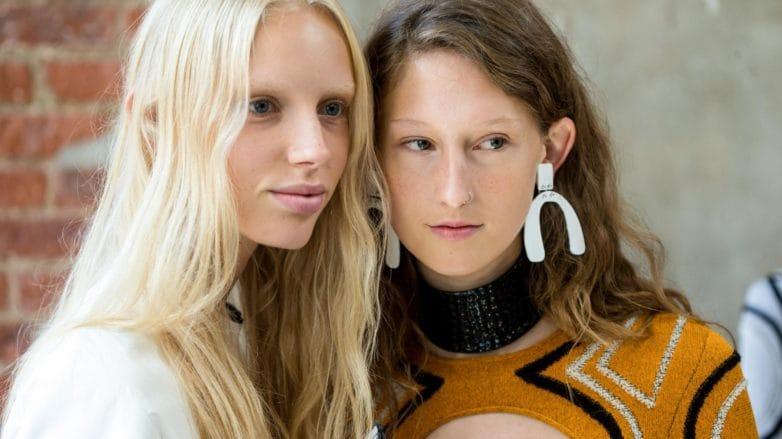 Dos mujeres, una rubia, la otra castaña clara, llevan el pelo suelto
