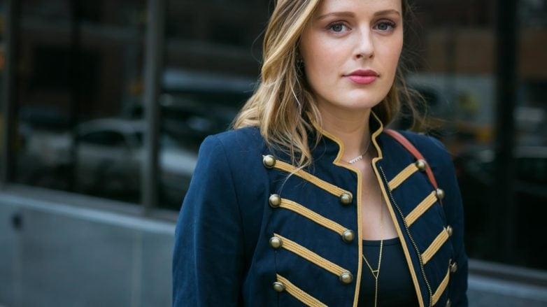 Mujer rubia con reflejos peinada con torzadas