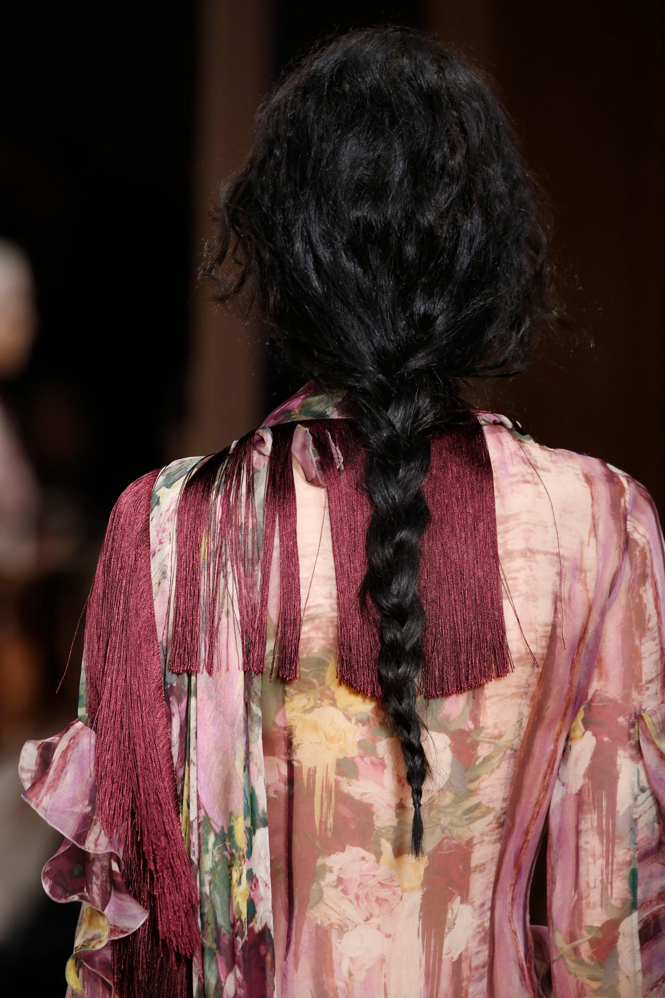 Vista desde atrás de trenza en cabello negro