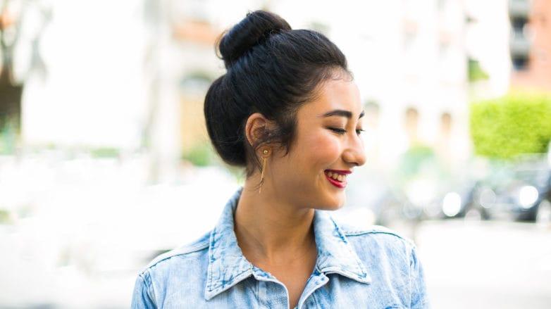 Vista de perfil de una mujer de cabello castaño oscuro recogido con un rodete