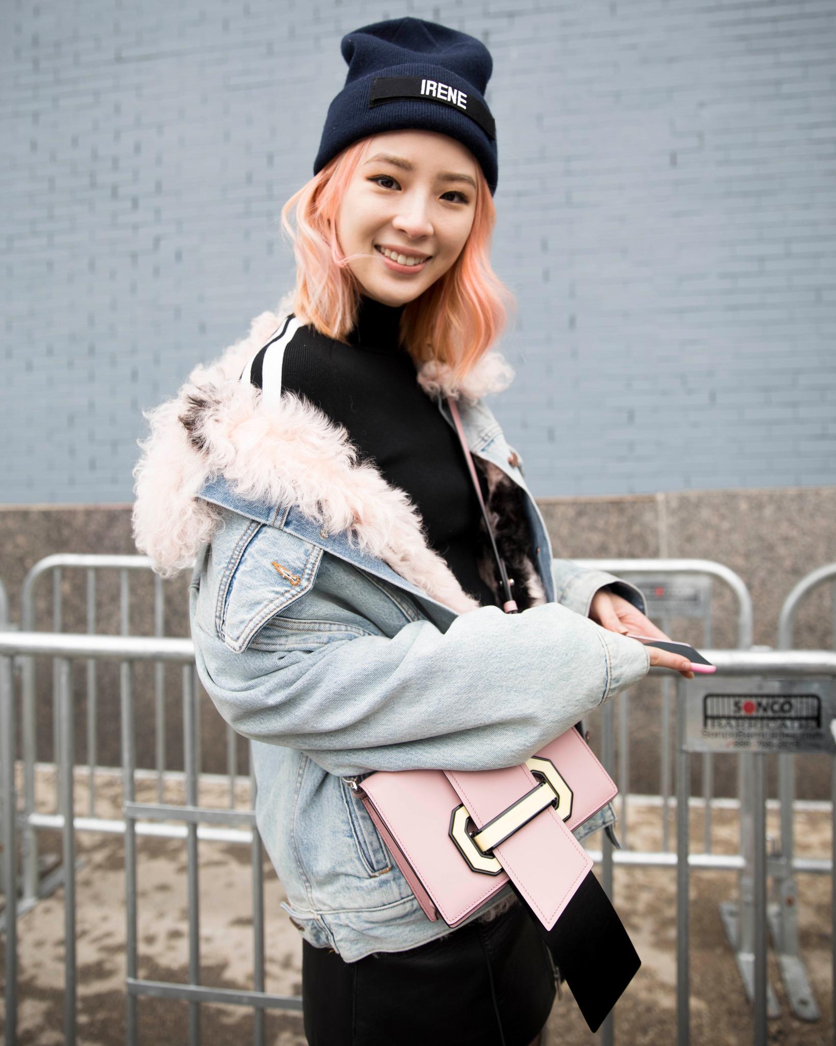 Mujer asiática de cabello rosa, corte altura bob, con gorra de lana