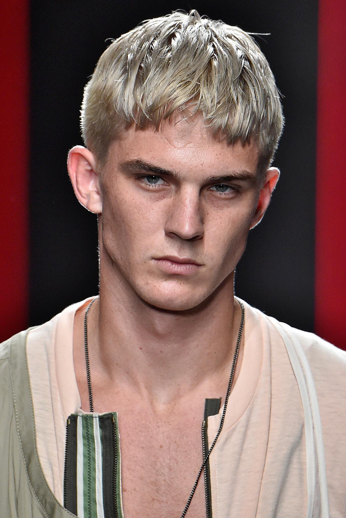 Hombre de cabello corto, rubio ceniza, peinado hacia adelante