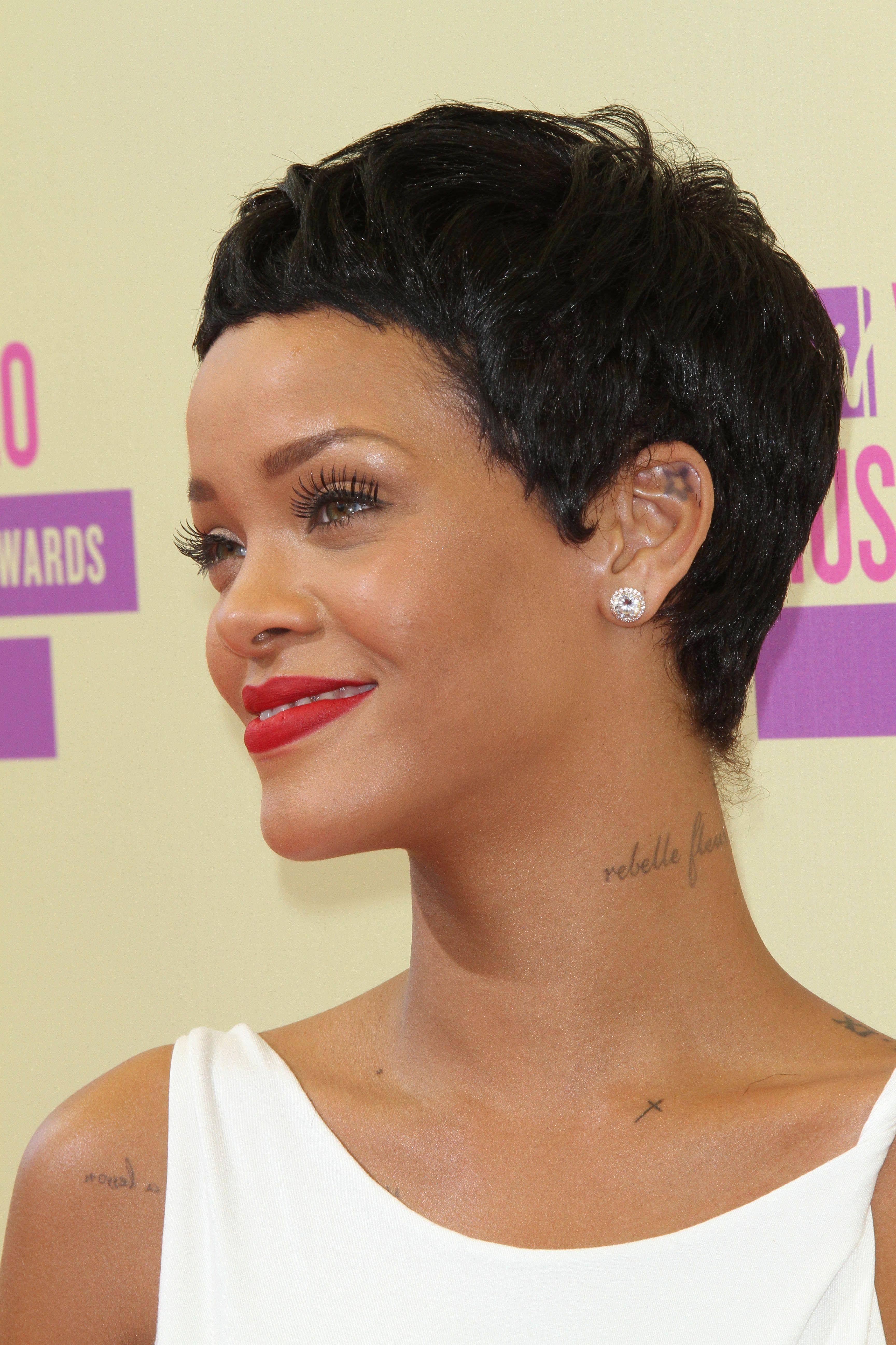 Rihanna con cabello bien corto en tono negro