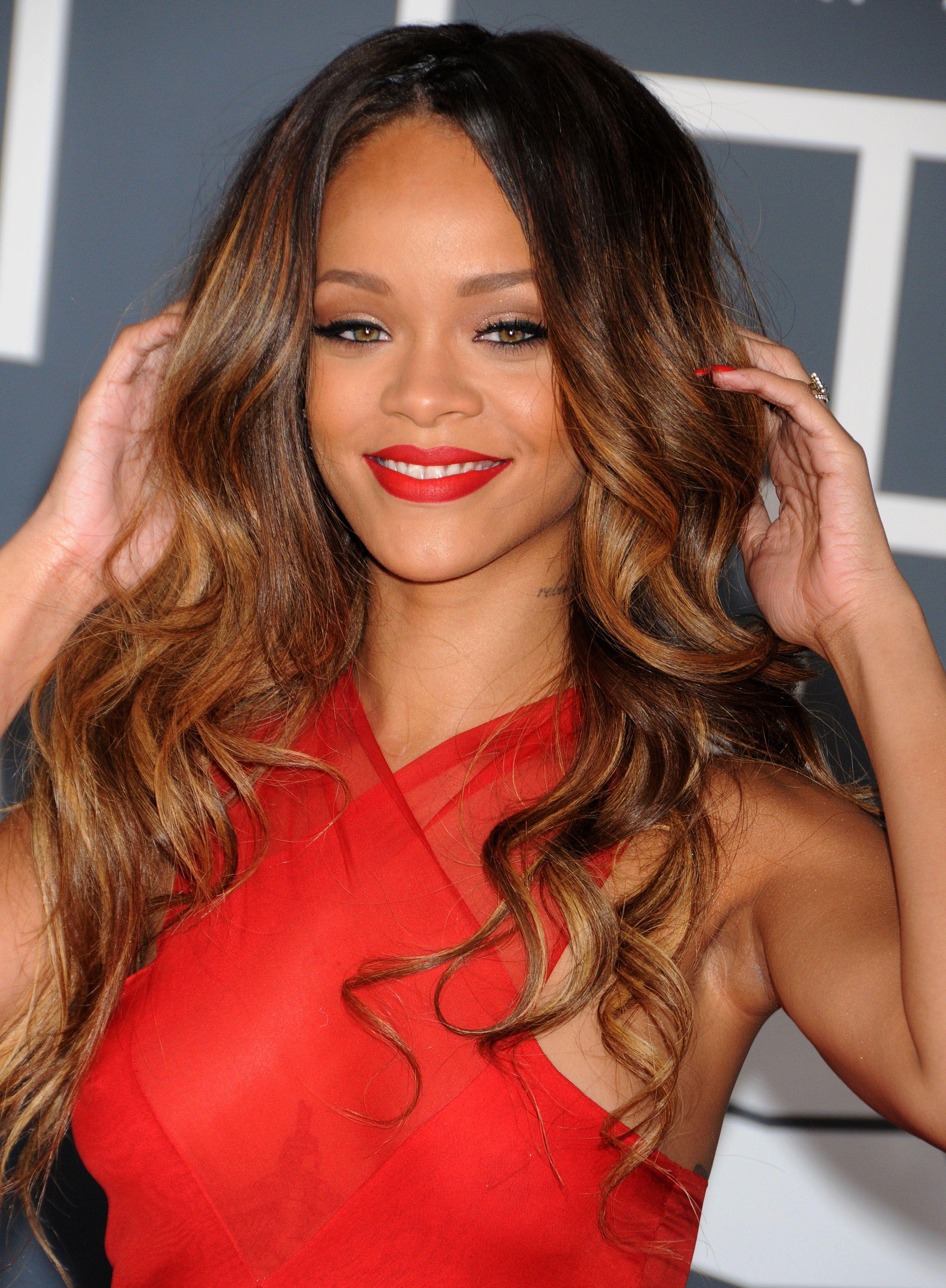 Rihanna con cabello suelto, con ondas hacia las puntas y degrade en tonos claros