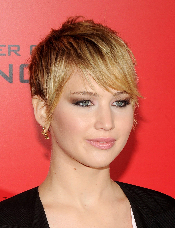 Jennifer Lawrence con cabello corto y flequillo largo peinado hacia el costado