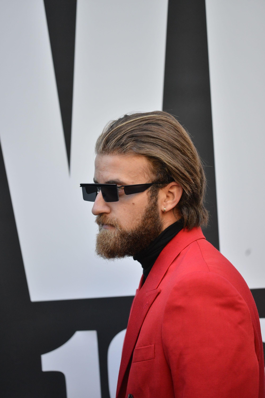 pelo castaño peinado hacia atrás