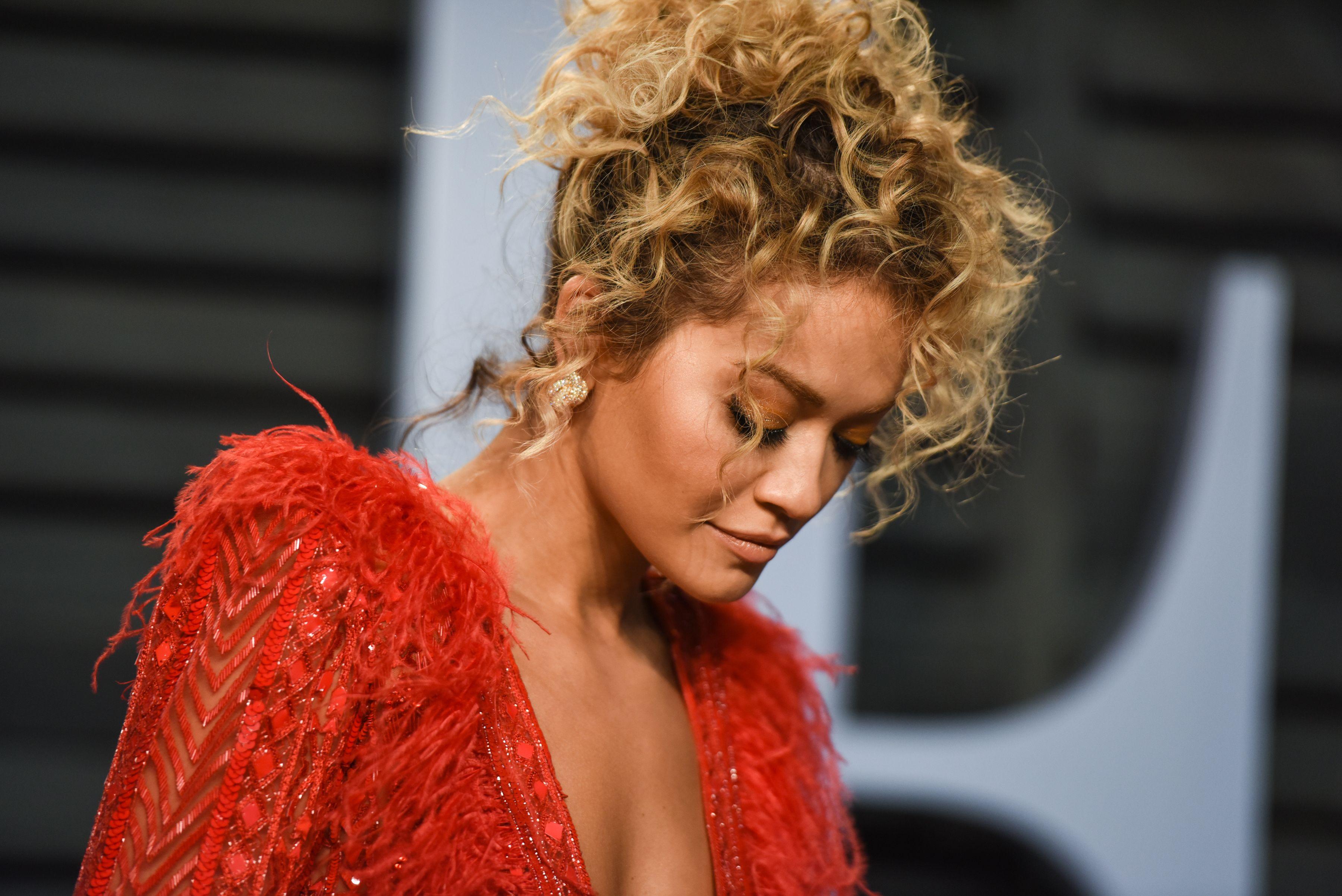 Beyonce con cabello recogido, teñido de rubio, tiene rulos