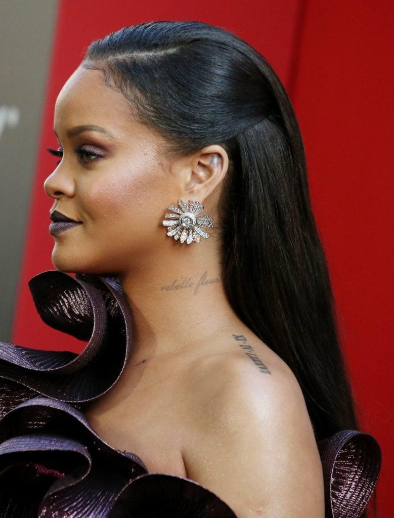 Rihanna con melena larga, morocha, lleva un semi recogido y el pelo lacio