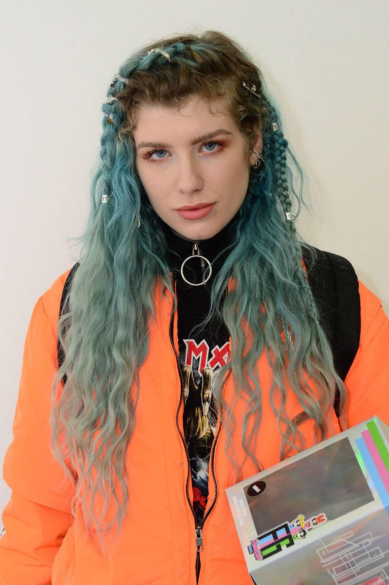 mujer de pelo azul con ondas y trenzas decoradas
