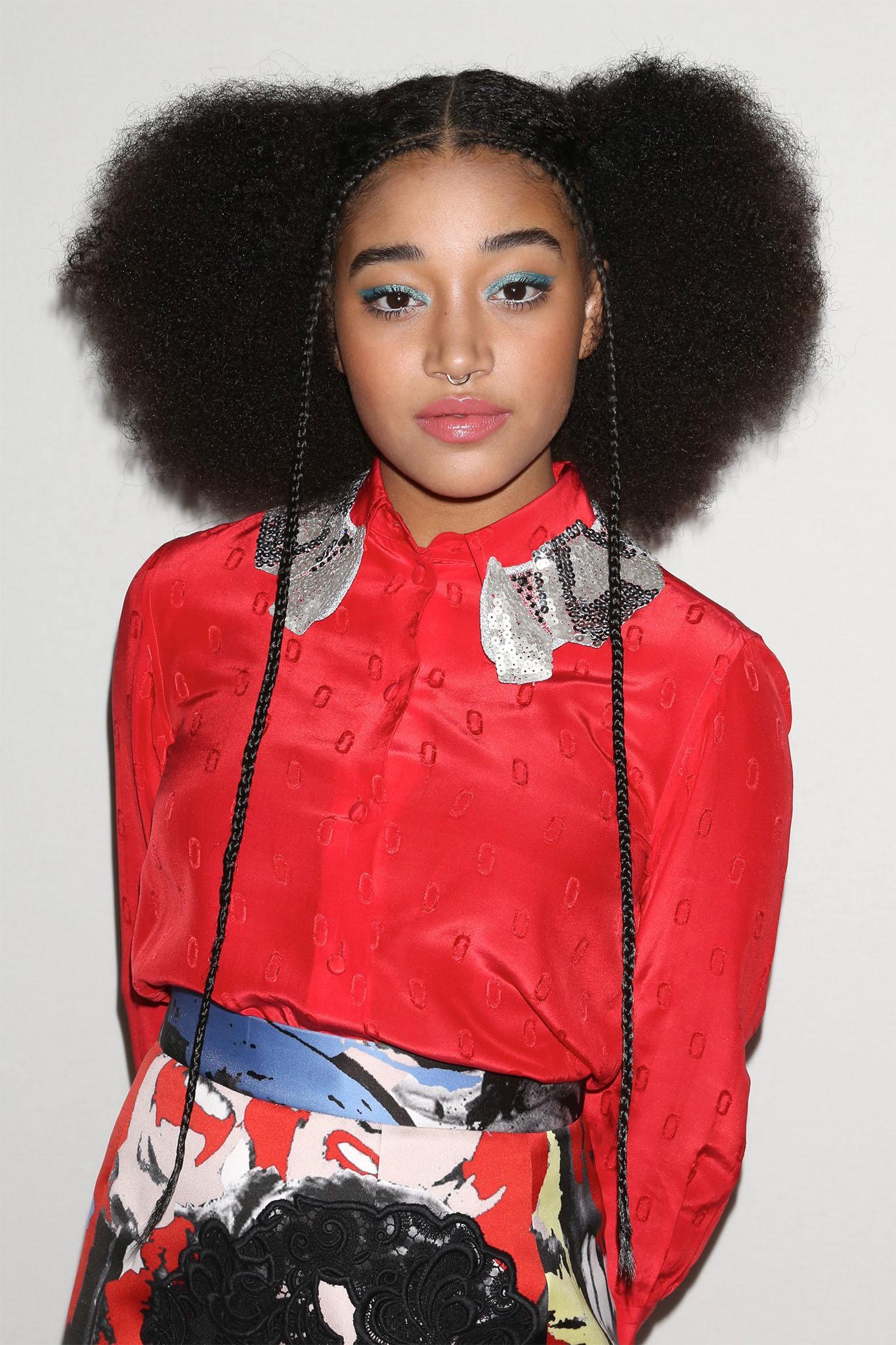 mujer con pelo afro y trenzas