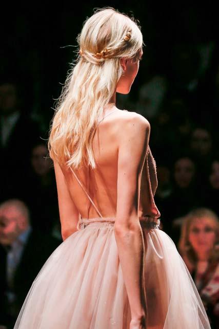 Vista de atrás de cabellera rubia, larga, con semirecogido
